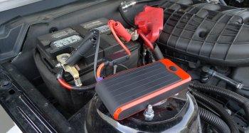 booster de batterie branchee sur batterie voiture