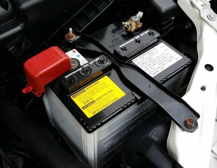 batterie voiture sous capot