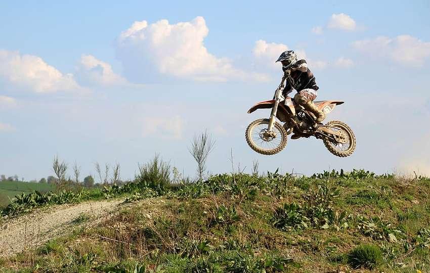 pit-bike mini moto en plein saut