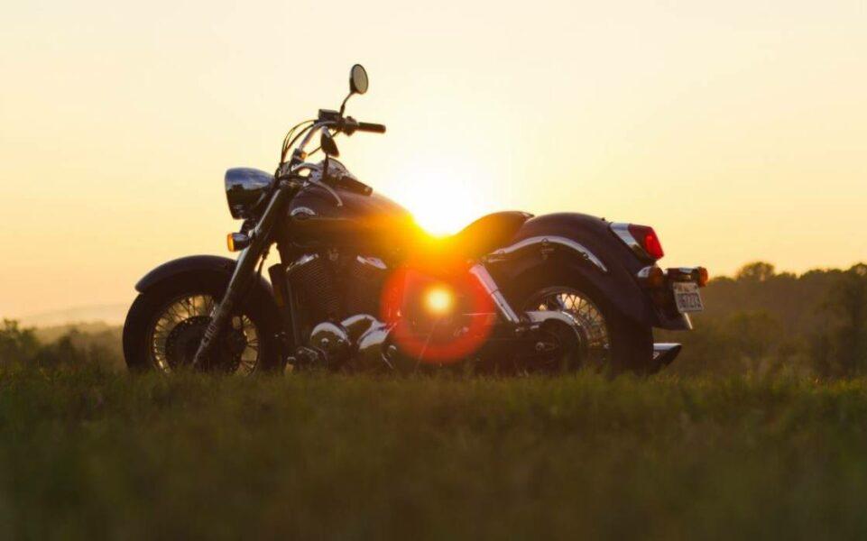 moto tranquillité couche du soleil